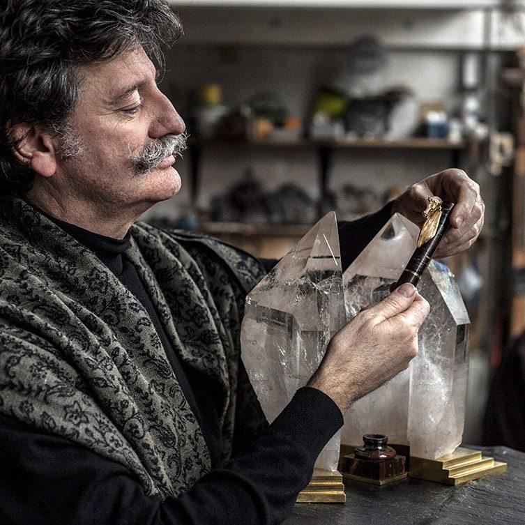 Herve Obligi, Maitre d' Art dans son atelier a Montreuil.